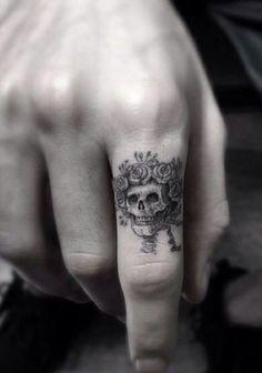 wolf finger tattoo finger tattoo pain ring tattoo designs finger design knuckle tattoo cover up hand finger tattoos Cute Finger Tattoos, Finger Tats, Cute Tattoos, Body Art Tattoos, New Tattoos, Tatoos, Tattoo Finger, Skull Finger Tattoos, Tiny Skull Tattoos