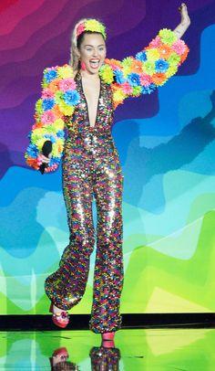 Retour Sur Tous les Looks un Peu Fous que Miley Cyrus a Porté Aux MTV VMAs
