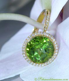 Beautiful: Peridot Diamond Ring, 4,09 cts. YG-18K -- Find out: schmucktraeume.com