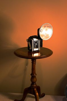 Kodak Duaflex Lamp by Stonehill Design - Repurposed Upcycled Decorative Lighting Photography This is a Kodak Duaflex Camera with a removable flash that Ive electrified into an one of a kind accent lamp. Ive managed to keep the camera in Rustic Lamps, Wood Lamps, Lampe Steampunk, Tall Lamps, Bedroom Lamps, Light Photography, Light Decorations, Floor Lamp, Light Up