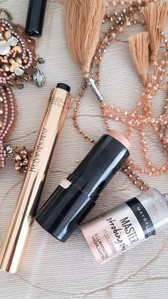 Highlighter: the best products for women over 40 - Makeup for Best Skins! Ysl Beauty, Beauty Skin, Fashion Beauty, Concealer Tips, Maybelline, Make Up Primer, Mascara, Beauty Over 40, Makeup Over 40
