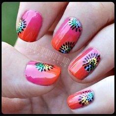 Preciosas uñas decoradas con degradados en rosa y naranja adornadas con diseños florales con lunares de colores y rallitas en negro.