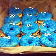 This is a cool idea! Decorate your donuts as your favorite cartoon characters like the cookie monster. Great idea for kids parties! These donuts look fun and delicious! Sesame Street Party, Sesame Street Birthday, Cookie Monster Party, Cute Donuts, Donuts Funny, Delicious Donuts, Yummy Yummy, Yummy Food, Donut Shop