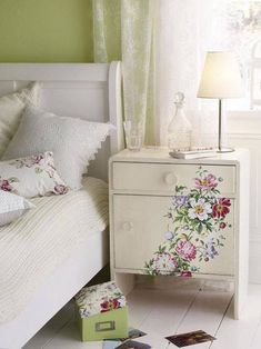 Nachttisch mit Blüten-Decoupage Do you have such beautiful flower paper? With the decoupage technique you beautify it with a bedside table. Furniture Projects, Furniture Makeover, Diy Furniture, Antique Furniture, How To Decopage Furniture, Modern Furniture, Dresser Makeovers, Blue Furniture, Large Furniture
