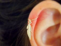 Cartilage hoop Earring tiny Feather gold por sofisjewelryshop
