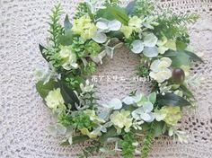 グリーンのナチュラルなリースです。造花ですのでインテリアや玄関ドアなどウェルカムリースとしても飾ってお楽しみいただけます。 新築祝い・お誕生日祝い・就職祝い・...|ハンドメイド、手作り、手仕事品の通販・販売・購入ならCreema。