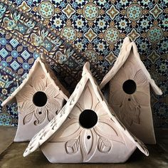Newest Photo Bird House pottery Thoughts : You'll find endless types of birdhouses on the market lately, nevertheless pretty people are not looked into and also made with this parrots'needs wit. Hand Built Pottery, Slab Pottery, Pottery Art, Ceramic Pottery, Ceramic Houses, Ceramic Birds, Clay Projects, Clay Crafts, Pottery Handbuilding
