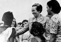 Chile y el mundo rinde homenaje a la Premio Nobel de Literatura, Lucila Godoy Alcayaga, globalmente conocida como Gabriela Mistral en el día de su natalicio.  Gracias por tanto, perdón por tan poco.