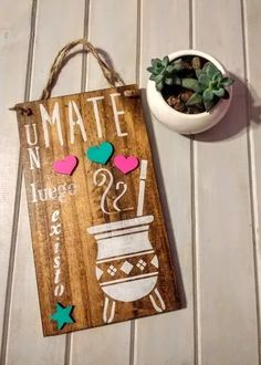 8 Cheap Things to Maximize a Small Bedroom (READ MORE) Buen comienzo de semana gente linda . Vintage Frases, Diy And Crafts, Arts And Crafts, Country Paintings, Wood Wall Decor, Wall Signs, Decorative Items, Decoupage, Ladder Decor