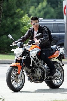 Taylor Lautner riding his motorcycle James Maslow, Taylor Lautner, Scream Queens, Jacob Black Twilight, Sharkboy And Lavagirl, Twilight Saga Series, Twilight Cast, Kellan Lutz, Big Time Rush