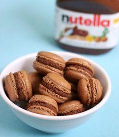 Como é possível um doce tão pequeno ser tão gostoso? Confira a receita e delicie-se com esta relíquia! #sobremesas #receitas #macarons #nutella