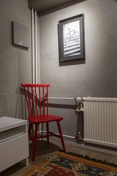 Harmaa tehosteseinä toi värit esiin tämän helsinkiläisen loft-asunnon alakerrassa.  #tehosteseinä #harmaasisustus #harmaaseinä Chair, Furniture, Home Decor, Recliner, Homemade Home Decor, Home Furnishings, Decoration Home, Chairs, Arredamento