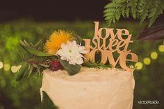 """Casamento Rústico Chic - Bolo decorado com flores e folhas e topo de bolo """"Love Sweet Love"""""""