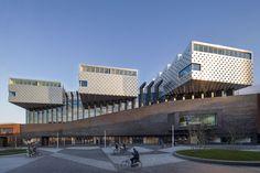 El centro cultural y biblioteca Eemhuis combina una serie de institutos culturales existentes de la ciudad de Amersfoort: la biblioteca municipal, el centro de exposiciones, el archivo histórico de la ciudad y una escuela de danza, música y artes visuales. El proyecto se ubica en un área de redesarrollo urbano cerca del centro de la ciudad. Este proyecto de Neutelings Riedijk Architects se encuentra publicado en PLOT 28. Para más información: http://www.revistaplot.com/es/contenidos-plot-28/