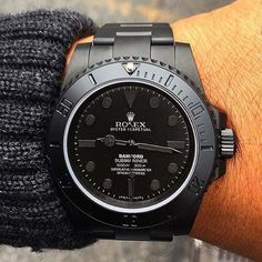 Watches Ideas This triple black Rolex! 👏👏👏 Discovred by : Todd Snyder Dream Watches, Cool Watches, Rolex Watches, Diamond Watches, Rolex Noir, Black Rolex, Style Masculin, Rolex Oyster Perpetual, Luxury Watches For Men