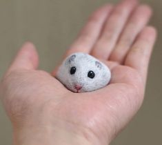 A Japanese creator Akie Nakata turns found stones and rocks into lovable animal paintings you'll be able to hold within the palm of your hand. Inspired by the natural shapes of every stone sh… Rock Painting Patterns, Rock Painting Ideas Easy, Rock Painting Designs, Pebble Painting, Pebble Art, Stone Painting, Artist Painting, Painted Rock Animals, Painted Rocks Kids