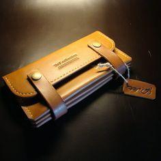 Эксклюзивный женский кошелек ручной работы из кожи премиум-класса оттенка Брасс( по легенде это цвет будущего начальника, руководителя). Мини-клатч содержит два больших отдела для бумаг, документов и бумажных купюр, два внутренних слота для карт, отделение на кнопках для металлических монет, ключей,