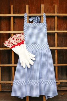 This is just too fun! Dorothy Gale/Wizard of Oz inspired Apron and Glove set! by ImaginAprons on etsy :)