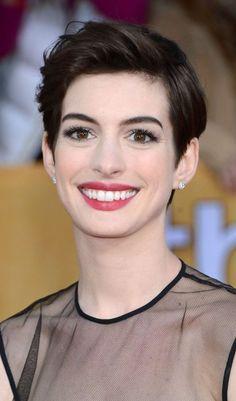 Schauspielerin Anne Hathaway Ende Januar 2013 noch mit ihrer natürlichen Haarfarbe