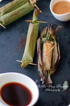 Otak-otak (Indonesian Grilled Fish Cake in Banana Leaves). Indonesian Desserts, Indonesian Cuisine, Malaysian Cuisine, Malaysian Food, Tamales, Grilled Fish Recipes, Malay Food, Food Lists, Street Food