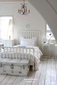 Inspiratie beeld lichte slaapkamer. Small neat bedroom with shabby chique detail.