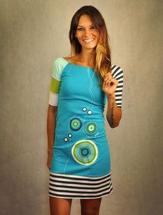 Šaty+Azúrové+pobrežie+Ručne+maľované+šaty+poskladané+zkúskov+látky+modrozelených+tónov.+Maľované+profesionálnymi+farbami+na+textil,+prať+riadne+vpráčke+spoužitím+bežných+pracích+prostriedkov,+vždy+zrubu+a+na+30ke+Materiál:+bavlna/elastan+95%/5%