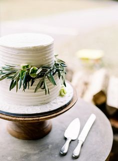 I love that it's simple and has that greenery that will tie in to the table garlands