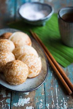 Sweet coconut small Asian pancakes (and vegan too! Asian Snacks, Asian Desserts, Asian Recipes, Sweet Recipes, Asian Pancakes Recipe, Thai Coconut Pancakes Recipe, Coconut Cakes, Asia Food, Laos Food