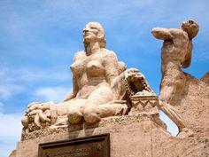 Estatua de mujer desnuda en monumento de la plaza mayor de Trujillo - Peru