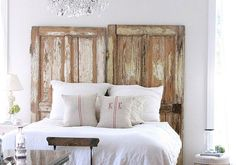 Une tête de lit avec des portes