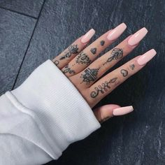The most beautiful finger tattoos - Topstoryfeed Hand And Finger Tattoos, Simple Hand Tattoos, Finger Tattoo For Women, Finger Tattoo Designs, Hand Tattoos For Women, Finger Tats, Simple Finger Tattoo, Hand Tattoos Girl, Womens Finger Tattoos