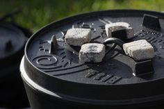 Grote robuuste Dutch Oven met een inhoud van maar liefst 17 liter! Geschikt voor grote groepen of grote gerechten. Afmetngen 43,5 x 43,5 x 25cm. Deze Dutch Oven is klaar voor gebruik (preseasoned). Naar keuze met of zonder pootjes.