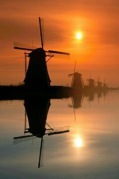 Kinderdijk, in the province South-Holland in The Netherlands 荷兰 Beautiful Sunset, Beautiful World, Beautiful Places, Amsterdam, Famous Landmarks, Le Moulin, Belle Photo, Wonders Of The World, Places To See