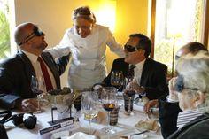 Susi Díaz dando algunas pistas a los comensales sobre los ingredientes de los diferentes platos servidos.