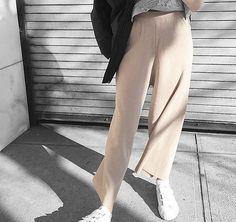 Beige Angelegenheit: Luftige Stoffhosen im Cropped-Stil. Hier entdecken und shoppen: http://sturbock.me/r0e