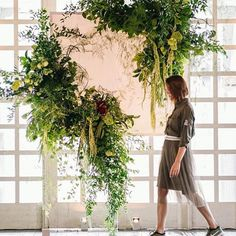 jaw dropped over this surreal ceremony set up 🙌 floral goodness via Botanical Wedding, Floral Wedding, Wedding Flowers, Rustic Flowers, Table Flowers, Style Floral, Floral Design, Flower Backdrop, Flower Wall