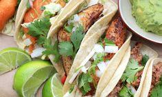 Fisktacos med många goda tillbehör - coleslaw, salsa, avokadosås och picklad lök.