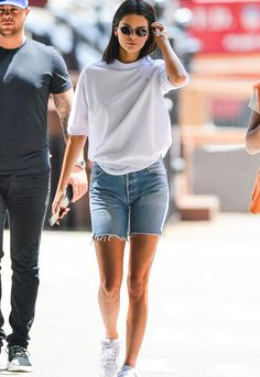 Kendall Jenner ist in New York unterwegs ., shorts Kendall Jenner ist in New York unterwegs . Basic Fashion, Look Fashion, Urban Fashion, Denim Fashion, Trendy Fashion, Street Fashion, Kids Fashion, Fashion Glamour, Fashion 2018