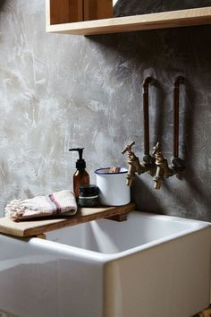 Cocoon bathroom design inspiration rustic sink & taps high-e Bathroom Inspiration, Rustic Sink, Luxury Bathroom, Luxury Bathtub, Bathroom Design Inspiration, Bathroom Decor, Interior Design Rustic, Wood Interior Design, Stainless Steel Bathroom