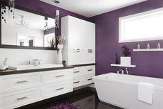 Féminine et romantique, cette salle de bains contemporaine des style shaker est composée d'un mobilier en polyester blanc, assorti d'un miroir et d'un comptoir de stratifié.