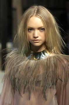 "larastonestits: ""Gemma Ward at Dolce & Gabbana, Spring/Summer 2005 "" Gemma Ward, Feather Fashion, 2015 Trends, Donna Karan, Beauty Queens, Supermodels, Christian Dior, Givenchy, Runway"