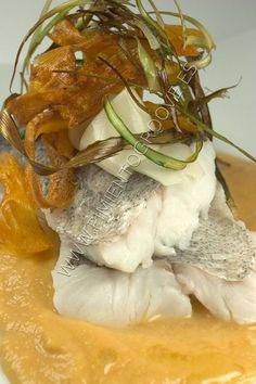 Merluza a la sidra con lamina de aceite de oliva y hojas de verdura