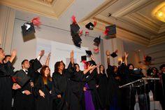Lancé de chapeaux des diplômés de Bachelor of Business Administration. Prochaine étape ... le MBA !