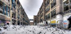 Abandoned building, graffiti Photo by Paul Cannon