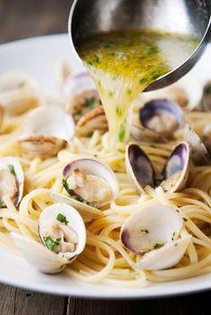 Pasta: linguine with clams recipe Linguine And Clams, Seafood Linguine, Linguine Recipes, Pasta Recipes, Cooking Recipes, Healthy Recipes, Pasta With Clams, Spaghetti And Clams Recipe, Linguine Vongole Recipe
