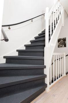 Niet één maar twee trappen deze aflevering. Styliste Wendy Verhaegh heeft ervoor gekozen ombeide trappen te laten bekleden met het ...