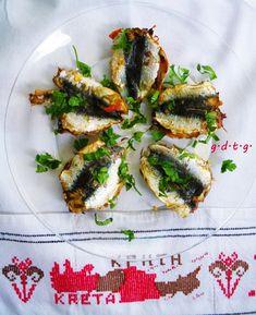 Σαρδελες Παντρεμενες με Μαιντανο και Ντοματα. extra Κοκκινη Πιπερια - Φουρνο. μετα το μαγειρεμα τις περιχυνουμε με Λαδολεμονο που εχει κ λιγο Μουσταρδα.