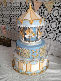 """Tarta Carrussel en """"Vainilla y Café"""" Exquisita tarta de #fondant rellena a elección, personalizada y recreando un autentico #carrusel clásico y muy dulce.  #pastel #tarta #reposteria #confiteria #dulce #cumpleaños #aniversario #fiesta #celebracion"""