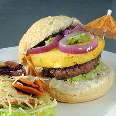 Tropische hamburger met gebakken ananas, guacamole en tacochips