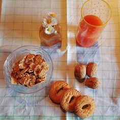 Colazione biscotti cereali noci e spremuta d'arancia margherite  breakfast food cereal cookies Orange Juice flower